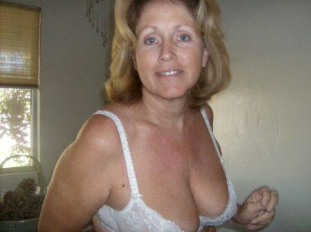 Adoptez une femme cougar sexy en manque